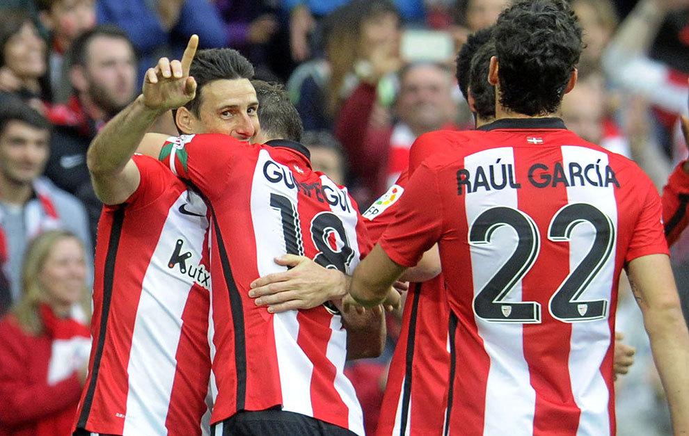 Aduriz es agasajado por sus compañeros tras marcar un gol al Sevilla