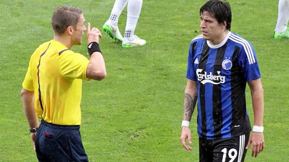 Federico Santander escucha una explicación de un árbitro en un...