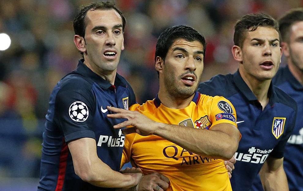 Godín pugna con Luis Suárez. Ambos están en el once ideal de esta...
