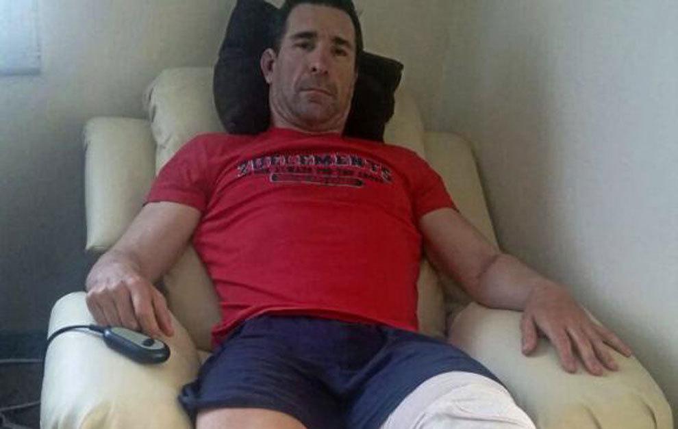José Antonio Escuredo en el sofá de su casa con la pierna en alto...