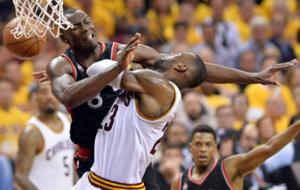 Bismack Biyombo tratando de defender a LeBron James