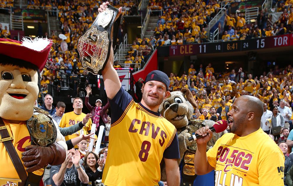 Stipe Miocic , campeón de la UFC, con la camiseta de los Cavaliers