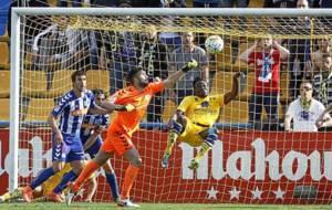 Fernando Pacheco sale de puños ante la chilena de Djené en el pasado...