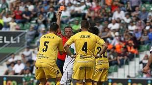 El colegiado Eiriz Mata muestra la tarjeta roja en Elche a Alcalá,...