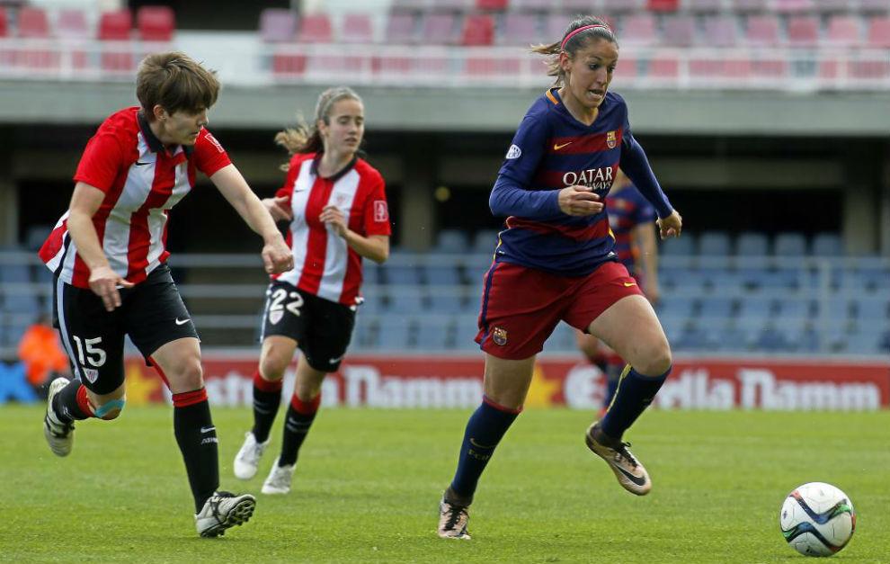 Olga García puja un balón con Garazi Murua en el Mini Estadi.