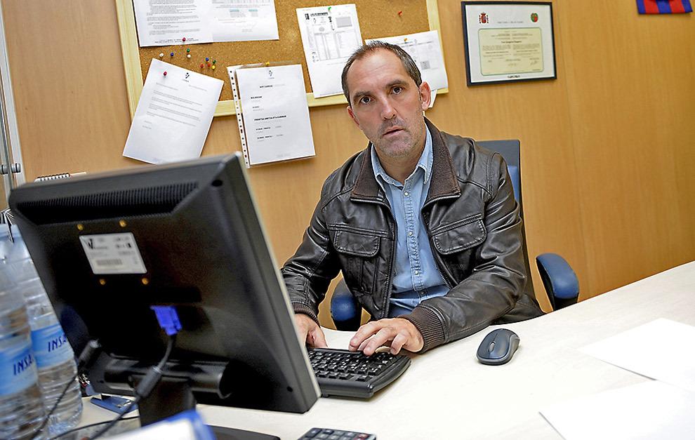 Fran Garagarza, director deportivo del Eibar, posa en su despacho para...