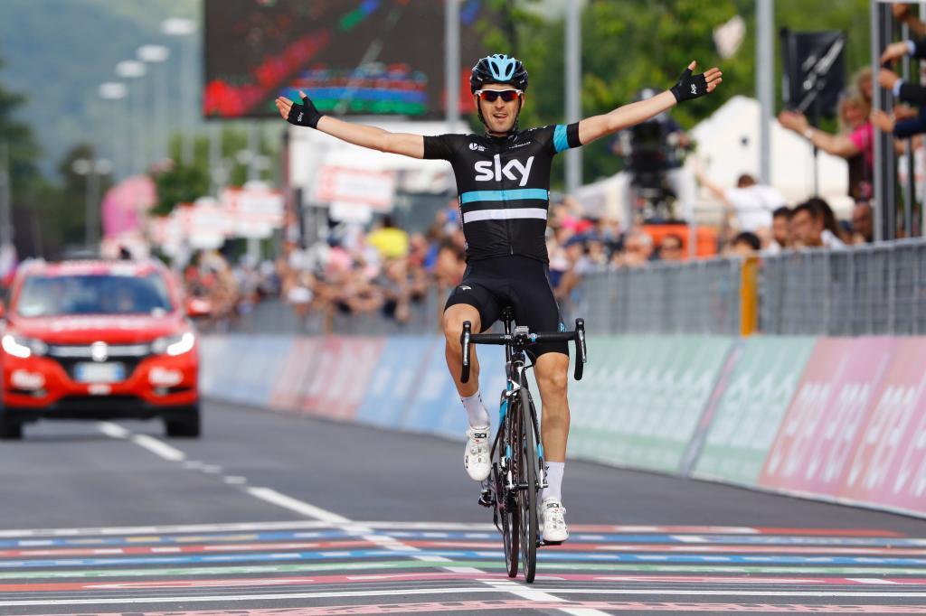 Mikel Nieve celebrando en meta su victoria de etapa.