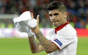 Banega saluda emocionado a la afición durante de la  UEFA Europa...