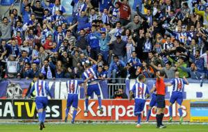 Laguardia celebra su gol con los aficionados.