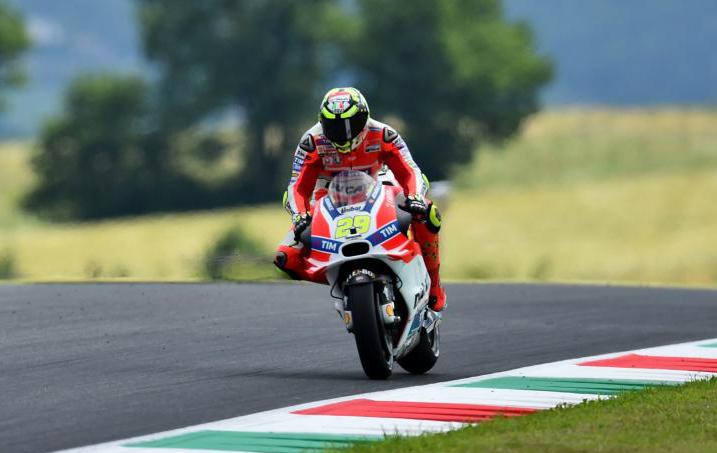 Andre Iannone sobre la pista de Mugello en el GP Italia 2016