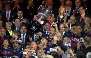 El capit�n, Andr�s Iniesta, levantando el trofeo de campe�n.