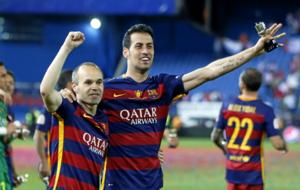 Iniesta y Busquets celebran la Copa del Rey.