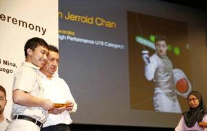 Peter Lim en un acto de entrega de becas en Singapur.