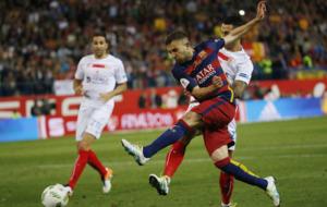 Jordi Alba remata en la jugada del primer gol ante el Sevilla en la...