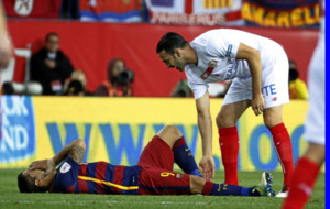 Rami atiende a Luis Suárez desolado sobre el césped del Calderón