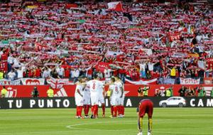 Los jugadores del Sevilla, unidos antes de empezar la final de la Copa...