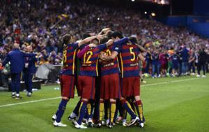 El equipo del FC. Barcelona celebra unido el segundo gol del partido...
