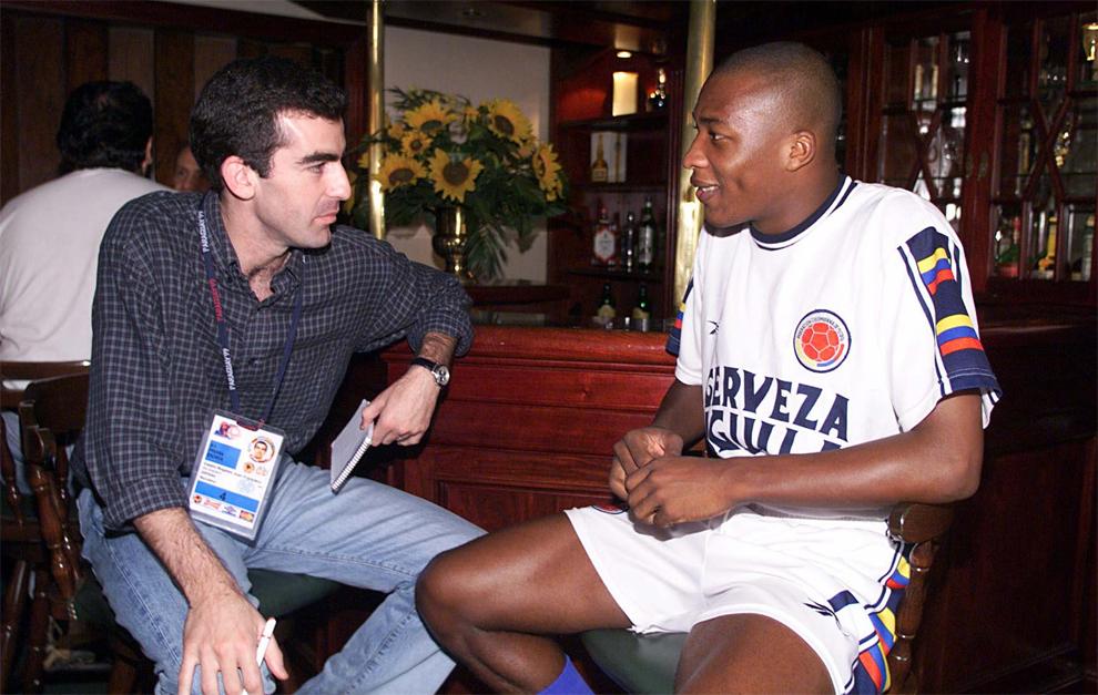 El redactor Juan Castro, con Congo, jugador de Colombia en la Copa...
