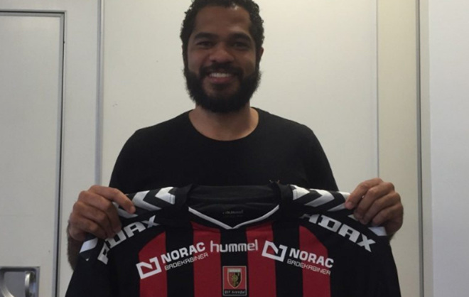 'Bombom' Almeida posa con la camiseta del OIF Arendal