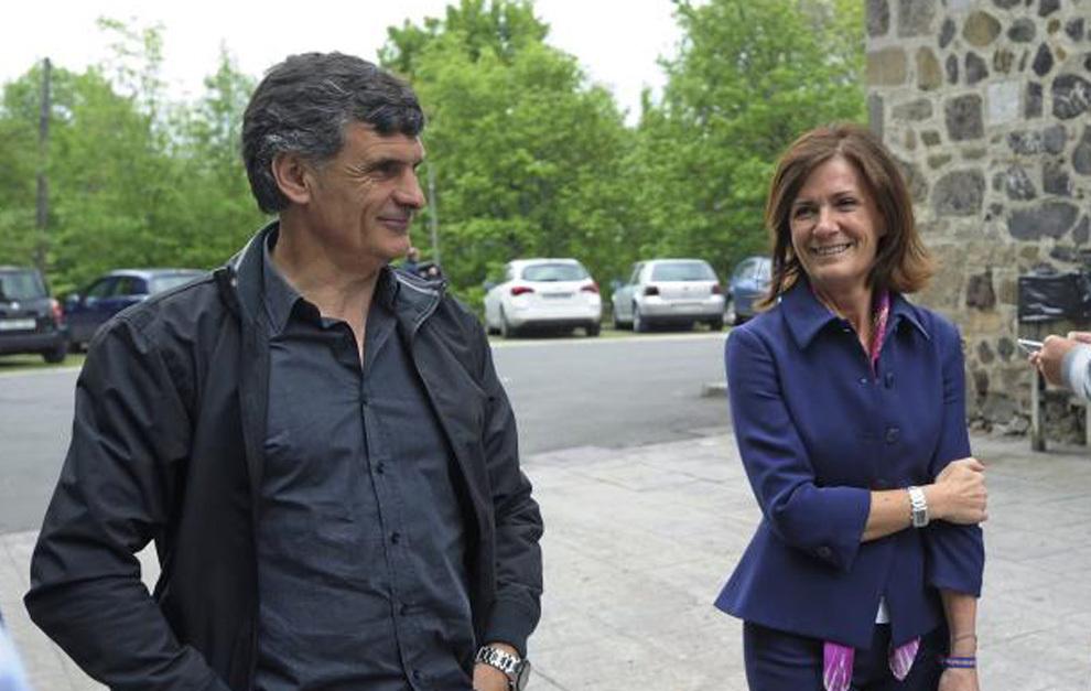 El entrenador del Eibar, Mendilibar, en un acto junto a Amaia...