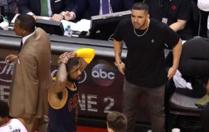 Drake tratando de provocar a Kyrie Irving