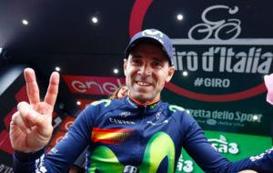 Alejandro Valverde saluda a la cámara tras subir al podio de vencedor...