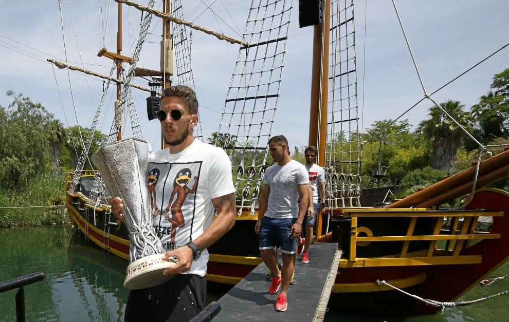 Carriço transporta la Copa en el parque temático Isla Mágica.