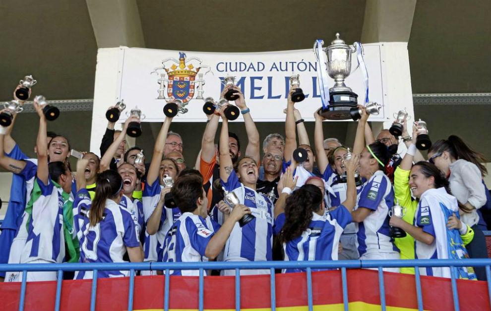 Las jugadoras del Sporting de Huelva celebran el título conquistado...