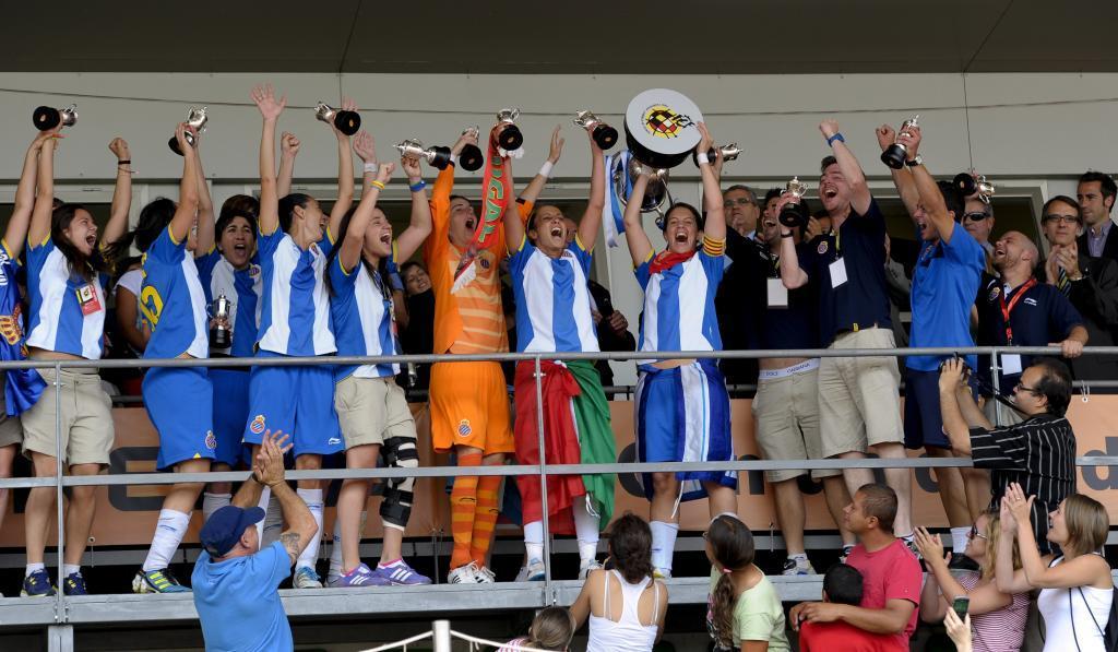 Las jugadoras del Espanyol levantan la Copa en Las Rozas en 2012.