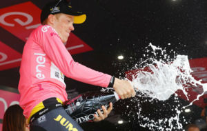 Steven Kruijswijk celebrando en el podio su liderato del Giro.