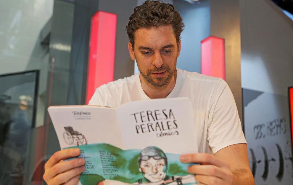 Pau Gasol leyendo el cómic de Teresa Perales en la redacción de...