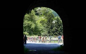 El pelotón vivió una bonita jornada sobre la bici tras la dureza del...