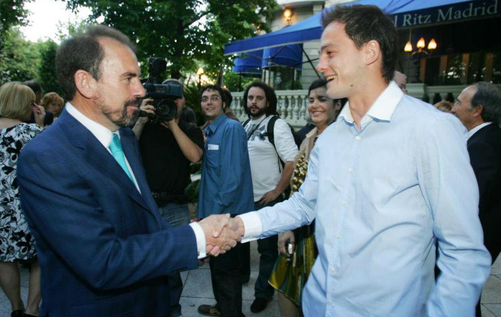 Nano se saluda con Ángel Torres.