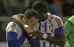 Aguza, llorando tras acabar el partido, es abrazado por Jebor