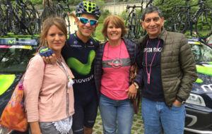 Andrey Amador posa con su novia y sus padres antes de salir el martes...