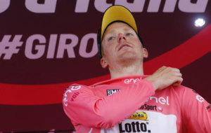 Kruijswijk colocándose el maillot rosa