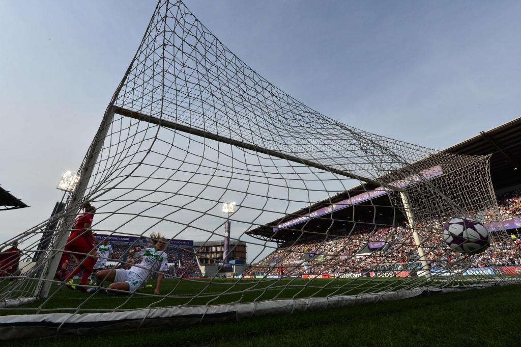 Momento en el que el balón entra en la portería el Wolfsburgo.