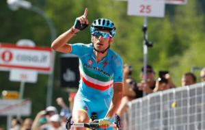Nibali celebra su triunfo en Risoul.