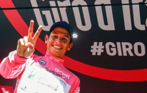 Chaves, feliz con la maglia rosa