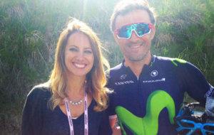 Luis Enrique junto a la periodista Laura Meseguer en la meta del Giro