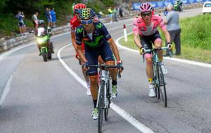 Valverde junto a Steven Kruijswijk en la ascensión de un puerto de...