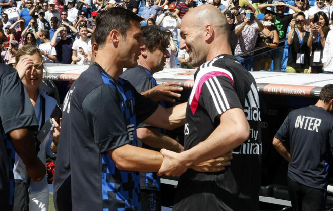 Zanetti junto a Zidane en un Classic Match en el Santiago Bernabéu.