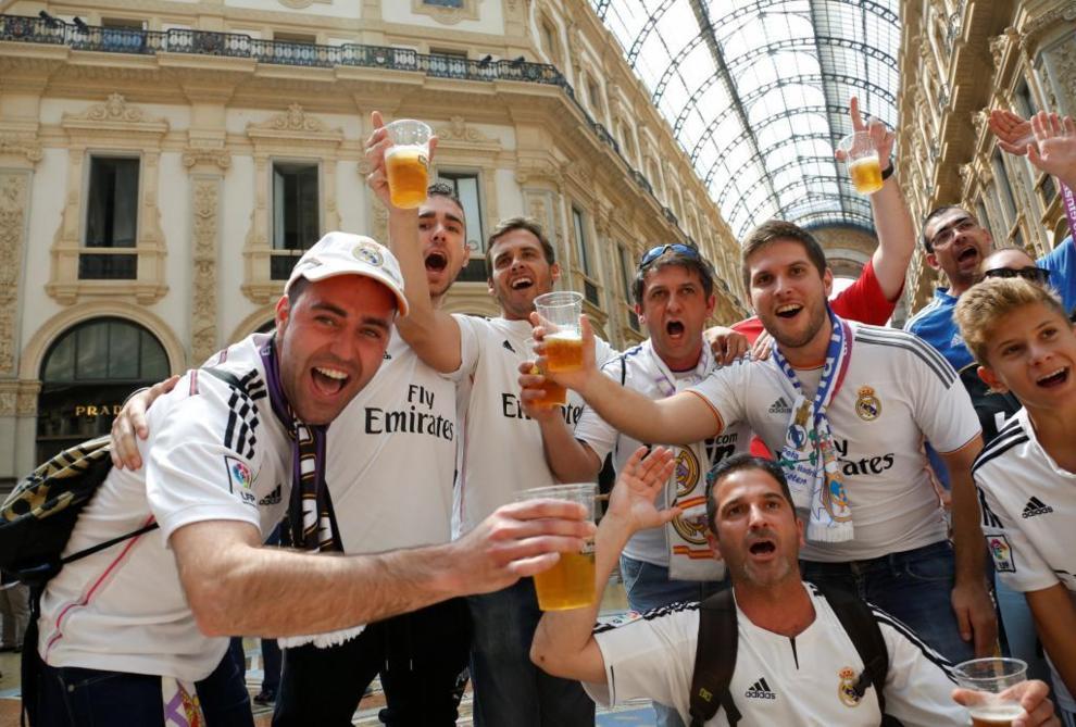 Aficionados del Real Madrid en las calles de Milán