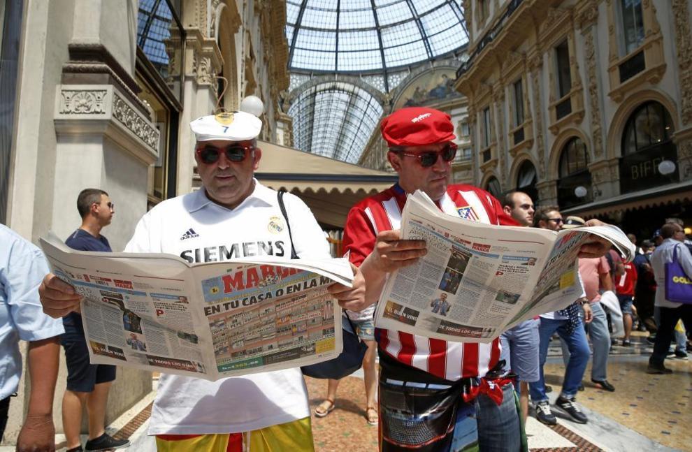 Aficionados de Real Madrid y Atlético de Madrid con la edición...
