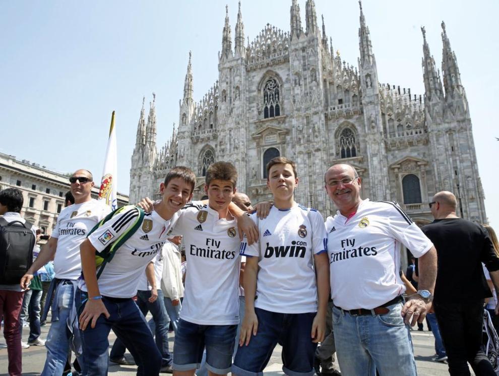 Aficionados del Real Madrid en la plaza del Duomo