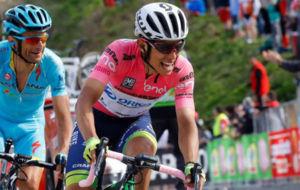 Esteban Chaves, durante la etapa de ayer, con Michele Scarponi a su...