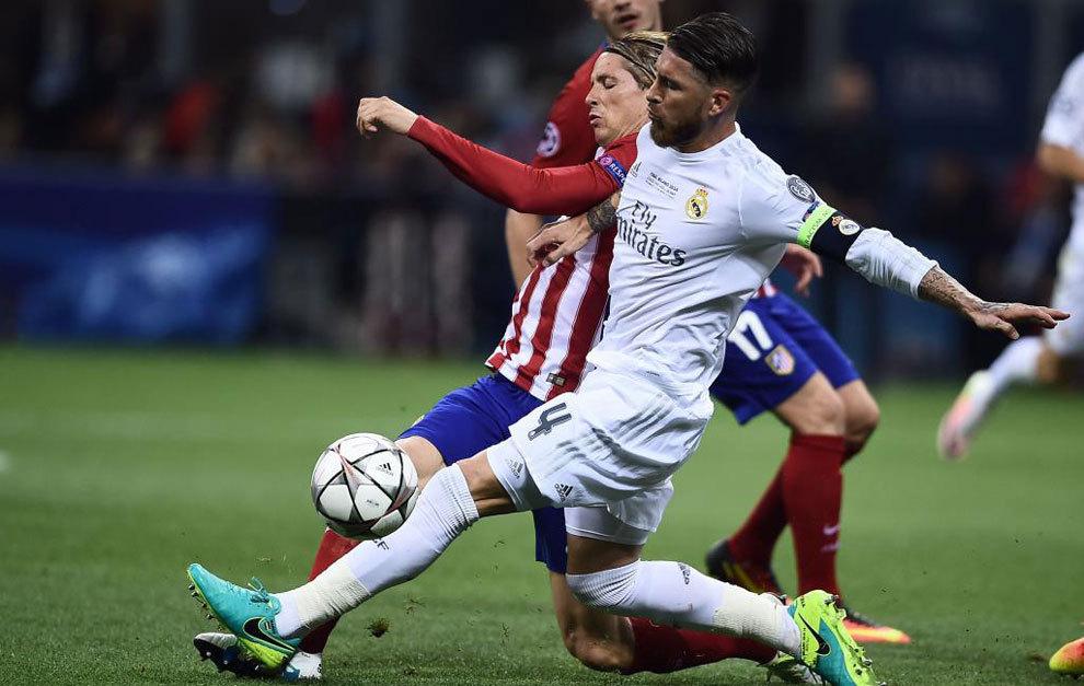 Sergio Ramos y Fernando Torres disputan un balón.