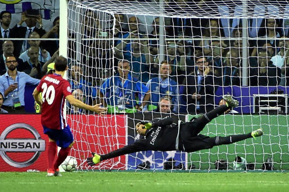 Juanfran lanza el penalti al palo.
