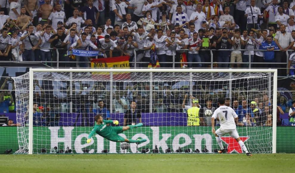 Cristiano Ronaldo marca el penalti que da la Champions al Real Madrid.