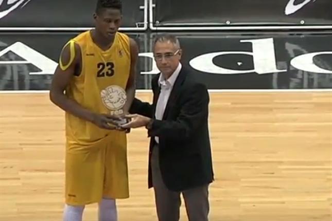 Faye recibiendo el MVP del Campeonato de España cadete